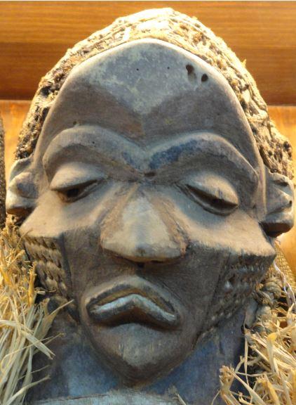 Mascara denominada Muyembo. Pueblo Pende.  Colección Fernando Cardenal. Foto R.Puig