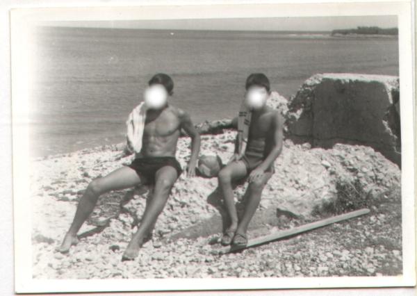 En los restos de una garita forificada junto a la orilla en 1966. Cortesía de Pere Cardona