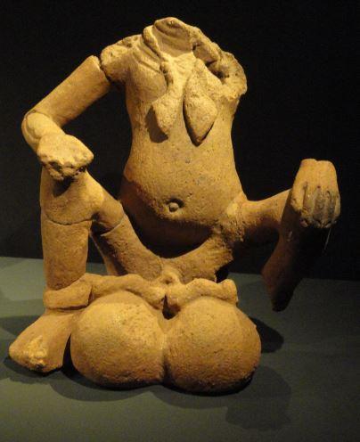 Figura masculina con elefantiasis escrotal. Terracota. ss.XIII a XVI. NCMM. Lagos. Foto R.Puig