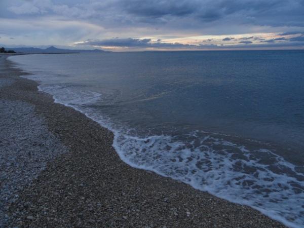 La orilla de nuestra mágica playa de la Almadraba. Foto R.Puig