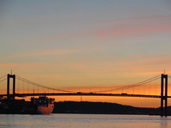Atardecer invernal con puente. Foto R.Puig