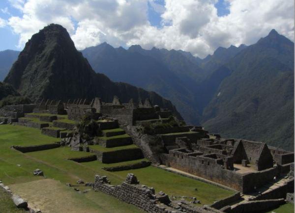 El grupo de los Morteros con el Huayna Picchu al fondo. 2009. Foto M.Puig