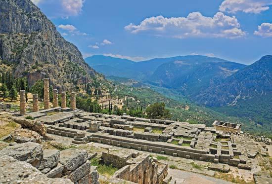 Las ruinas del templo de Delfos. Encyclopedia Britannica