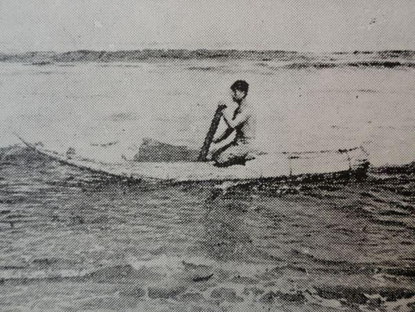 En la barca de juncos de la costa norte del Perú hacia los años 30. Foto Arturo Jiménez Borja.