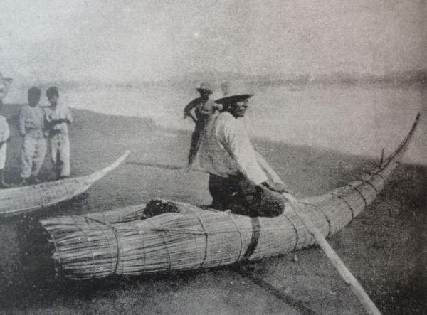En la barca de totora de la costa norte del Perú hacia los años 30. Foto Giuseppe Bazzocchi