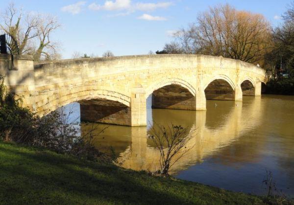 Puente de acceso a la antigua abadía. Abbey Park. Foto R.Puig