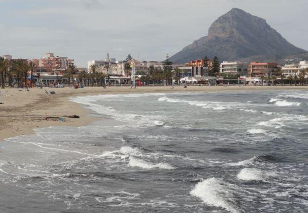 El Montgó presidiendo la playa del Arenal. Jávea. Foto R.Puig
