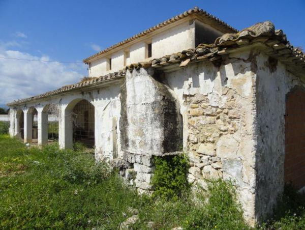 Exterior de la estructura de la chimenea de la caldera del riurau de Els Poblets. Foto R.Puig