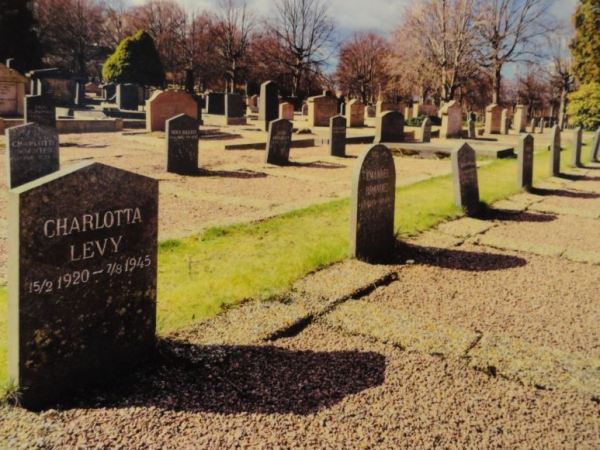 Tumbas de mujeres judías rescatadas que fallecieron durante 1945 poco después de llegar a Suecia. Cementerio judío. Gotemburgo