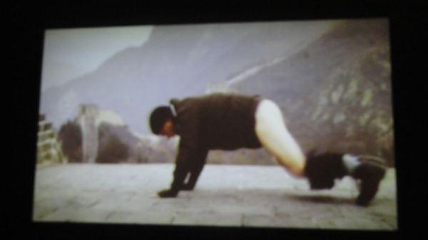 Ante el muro hay que bajarse los pantalones.  Video de Johan Zetterquist. Foto R.Puig