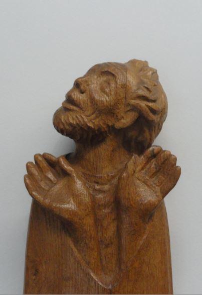 El creyente. Ernst Barlach. Roble. Detalle. Friso de los que escuchan 1931 a 1935.Foto R.Puig