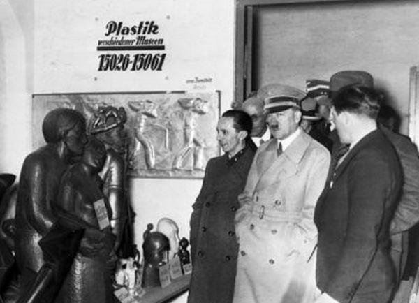Hitler y Goebbels ante una escultura que parece ser de Barlach en la Exposición de Arte Degenerado