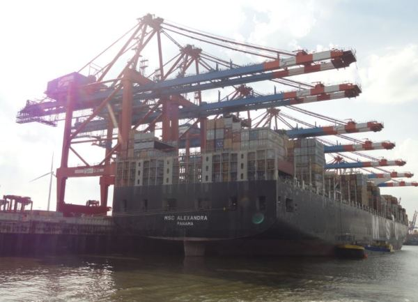 Un carguero descomunla en el puerto de Hamburgo. Foto R.Puig