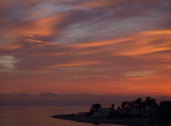 Amanece en la playa de la Almadraba. Foto R.Puig