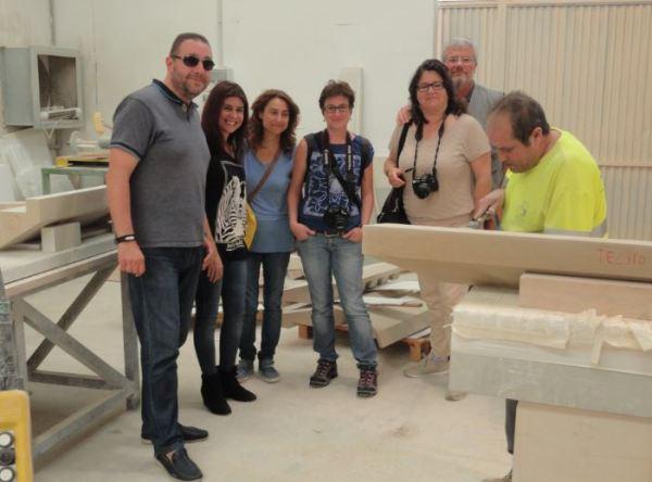 Con Victorino. Director Comercial de Bateig en el taller de acabado. Novelda. Foto R.Puig