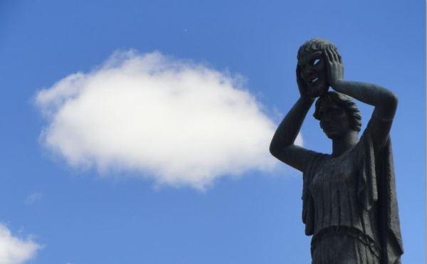 El cielo de Madrid. Monumento a Jacinto Benavente. El Re3tiro. Foto R.Puig