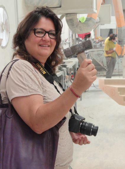 Non mi lasciano usare il martello. Oriana Impei alla dita Bateig. Foto R.Puig