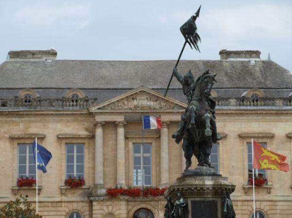 Estatuta de Guillermo el Conquistador ante el Ayuntamiento de Falaise. Foto R.Puig