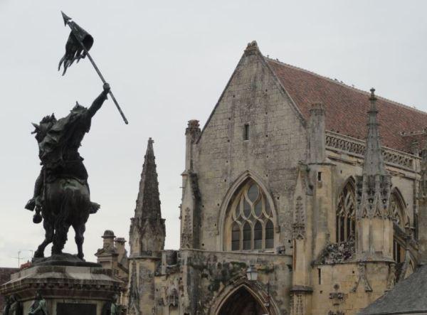 Estatuta de Guillermo el Conquistador ante la iglesia de Falaise. Foto R.Puig