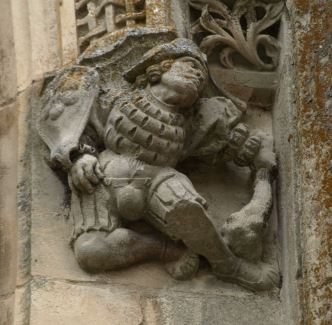 Iglesia de Falaise. Figura de guerrero caído de la fachada lateral. Foto R.Puig