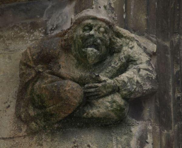 Iglesia de Falaise. Figura de hombre vomitando. Foto R.Puig