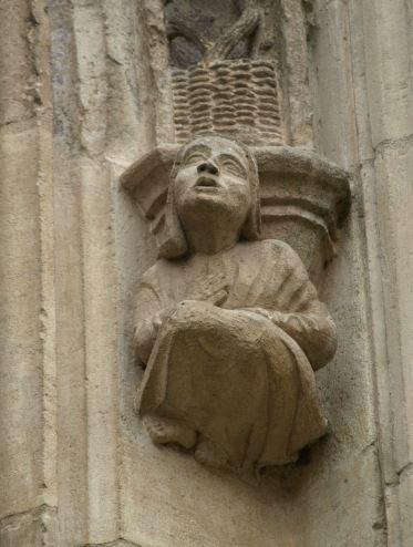 Iglesia de Falaise. Figura de mujer doliente. Foto R.Puig