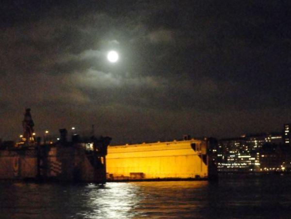 El dique y la luna. Foto R.Puig
