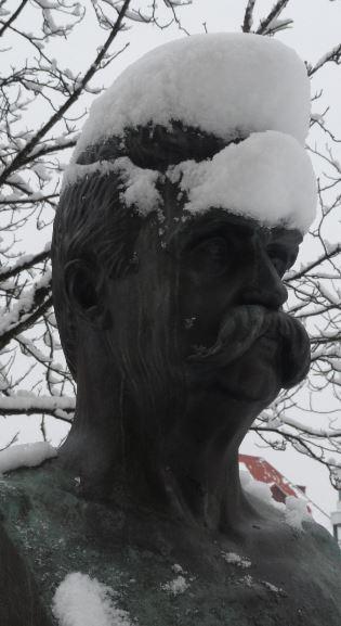 Hjalmar Branting con su casco de nieve. Plaza Olof Palme. Göteborg. Foto R.Puig