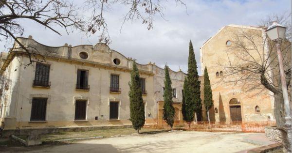 Aspecto de la plaza con el palacio. Santa Eulalia. Foto R.Puig