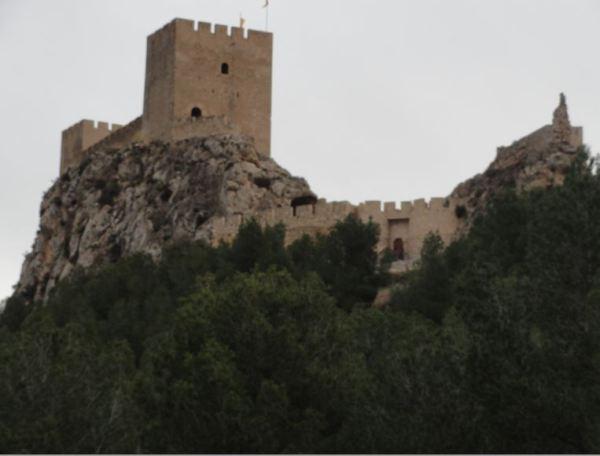 Castillo de Sax. Fachada y portón del suroeste. Foto R.Puig