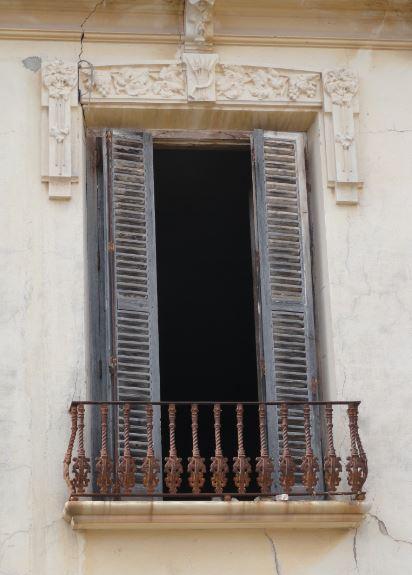 Friso con alegoría de la vid en un balcón del palacio. Santa Eulalia. Foto R.Puig