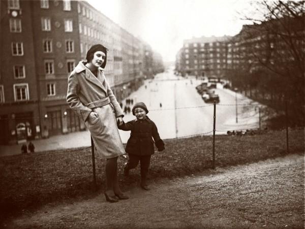 Astrid Lindgren y su hijo Lasse y su casa al fondo. Años 30 del siglo XX. Vasastan. Estocolmo.