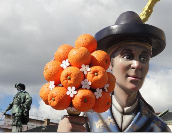 Gustavo Adolfo reclama su naranja. Foto R.Puig