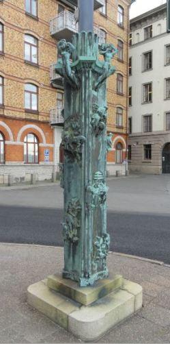 La Casa del Mundo. Pedestal de la enseña. Las esculturas en su base. Gotemburgo. Foto R.Puig