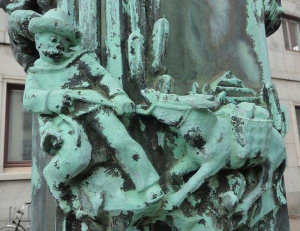 La Casa del Mundo. Pedestal de la enseña. Mexicano tirando del burro. . Gotemburgo. Foto R.Puig