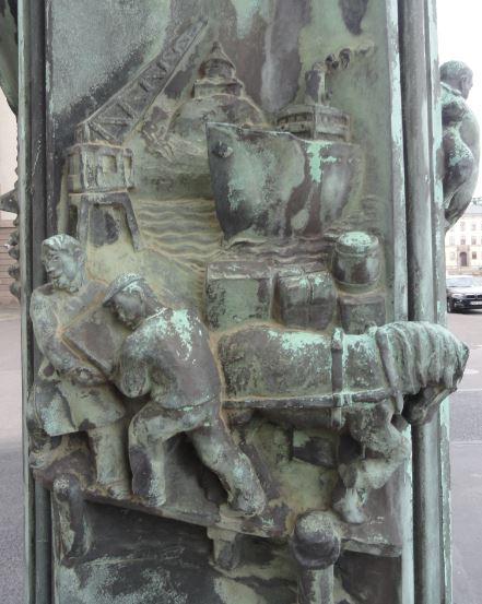 La Casa del Mundo.  Pedestal de la enseña.  Trabajadores portuarios. Gotemburgo. Foto R.Puig