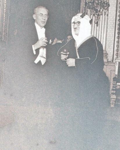 Allan Vougt con un delegado árabe en 1952 en una conferencia de la ONU en París