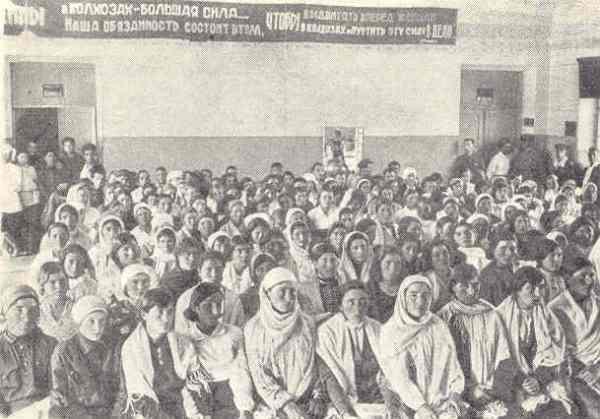 Campesinas de Tjerkessiska en sesión educativa. Allan Vougt. Moskva Madrid. Stockholm 1938