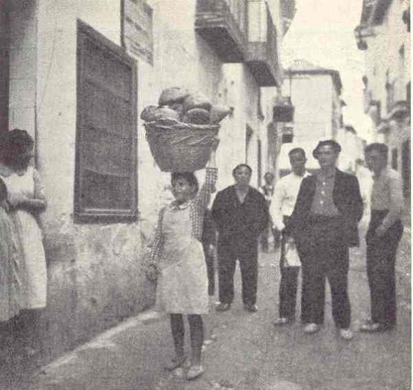 Con el cesto del pan en un pueblo de Cataluña. Allan Vougt. Moskva Madrid. Stockholm 1938