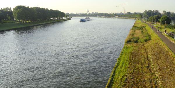 El Rijnkanaal de Amsterdam cerca del camping de Zeeburg. Foto R.Puig
