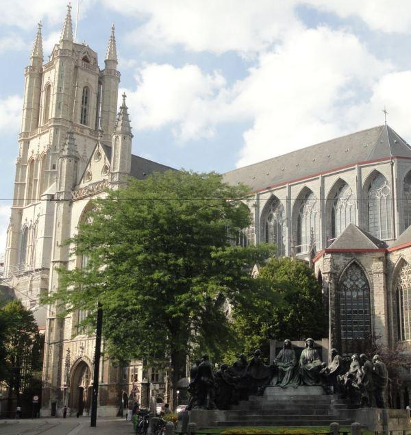 Gante. Monumento a los hermanos Van Eyck junto a San Bavón. Foto R.Puig