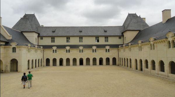 La Abadía de Fontevraud. Patio de San Benito y complejo de las enfermerías Foto R.Puig