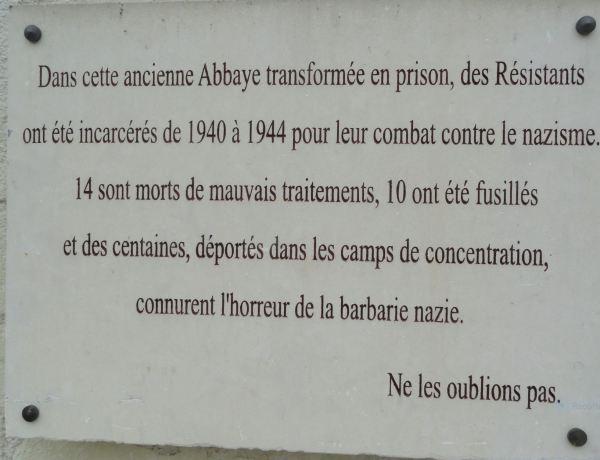 La Abadía de Fontevraud. Placa recuerdo prisioneros de los nazis.