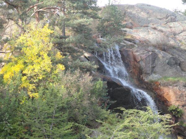La cascada del Botánico a comienzos del otoño. Foto R.Puig
