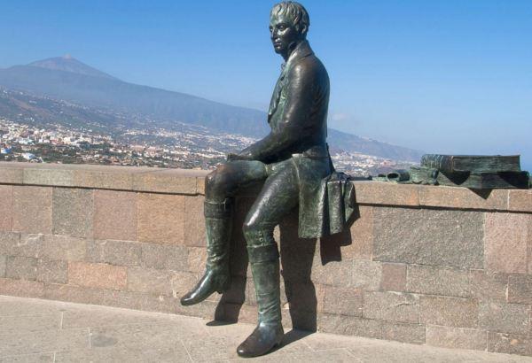 Alexander von Humboldt frente al Teide. Bronce. Foto Santi Rodríguez. Geographical Magazine