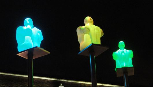 Gotemburgo.  Los homínidos de Jaume Plensa en la Plaza de la Reina. 20 de noviembre de anochecida. Foto R.Puig