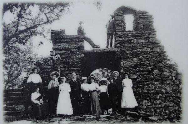 Visitantes de las ruinas romanticas (1830) de Martina Törngren junto al Rådasjön en 1910. Foto R.Puig