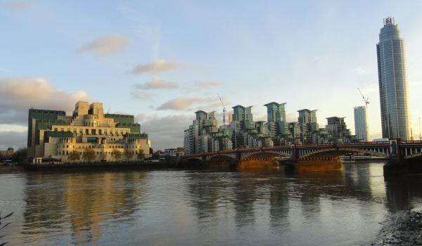 Yendo a la Tate Britain. Puente sobre la A202 y sede del M16 Foto R.Puig
