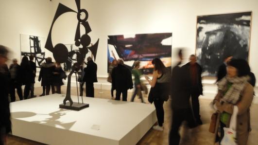 Ante una obra de David Smith. Exposición del Expresionismo abstracto. Royal Academy of Arts.Foto R.Puig