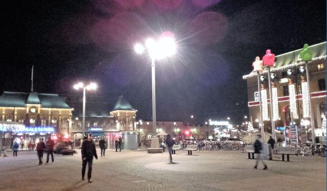 Nocturno frente a la estación. Foto R.Puig